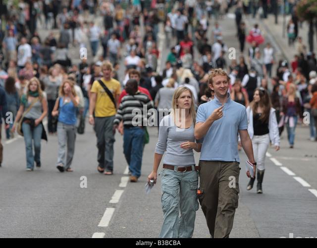 paar walking street zusammen 20 30 40 20 30 Stockbild