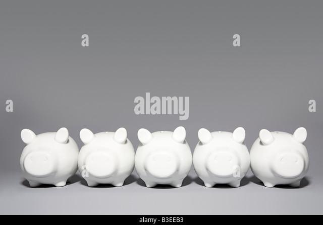 Fünf Sparschweine in Folge Stockbild
