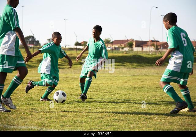 13MA-035 © Monkeyapple aFRIKA Sammlung großer Lager!  Junges Team Fußball spielen Stockbild