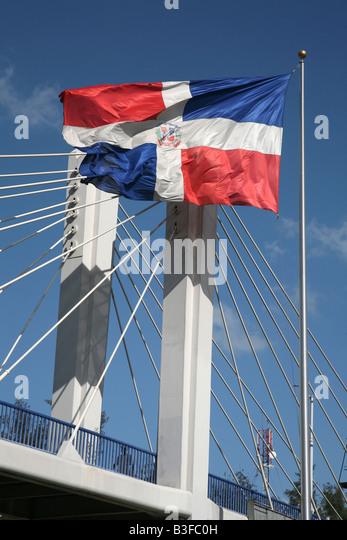 Flagge der Dominikanischen Republik über die Fußgängerbrücke in Santo Domingo, Dominikanische Stockbild