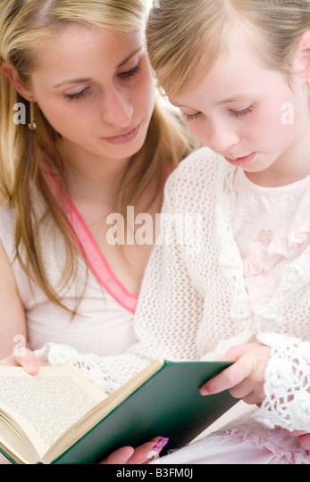 Mädchen lesen Stockbild