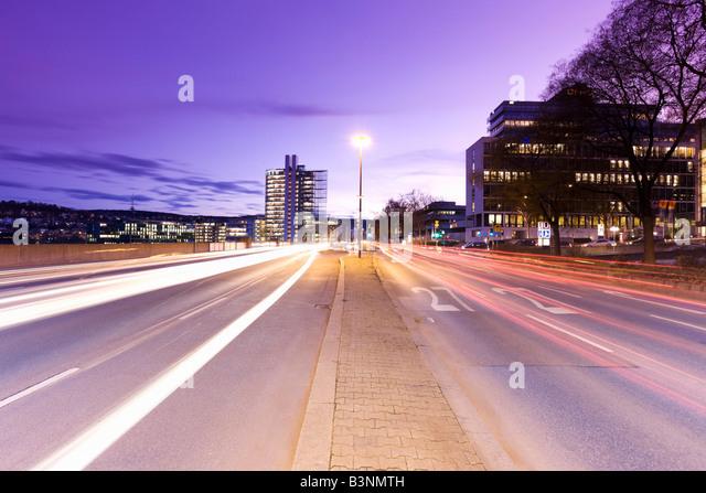 Deutschland, Stuttgart, Straßenverkehr bei Dämmerung Stockbild