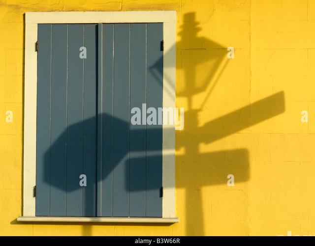French Quarter, Schatten des French Quarter Laternenpfahl auf eine gelbe Wand, New Orleans, Louisiana, USA Stockbild