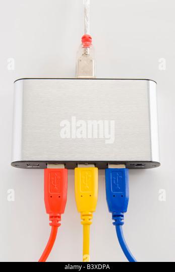 Computer Kabel ordentlich an einen Router angeschlossen Stockbild