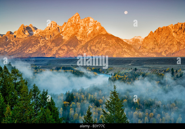 Volle Mondaufgang mit Nebel fallen Farbe Snake River und Teton Berge Grand Teton Nationalpark WY Stockbild