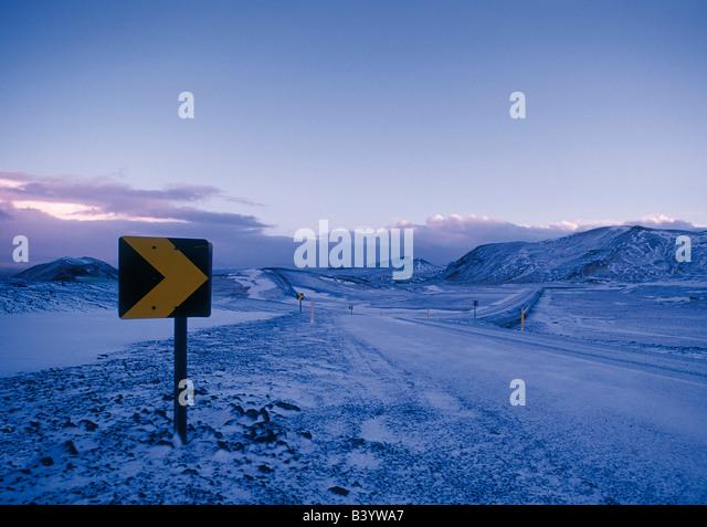 Straßenschild in einer tief verschneiten Berglandschaft Stockbild