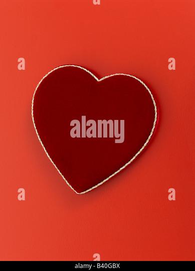 Herzform Valentinstag Schokolade Feld auf rotem Grund Stockbild