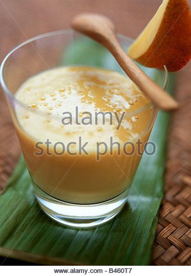 Mango Lassi (indisches Mango und Joghurt-Getränk) Stockbild