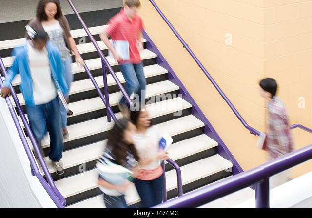 Schülerinnen und Schüler auf Treppe Stockbild
