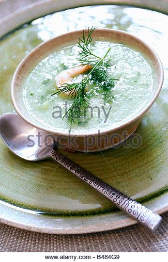 Kalte Gurken-Suppe mit Garnelen Stockbild