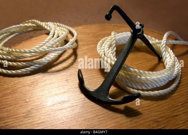Boot vor Anker ruht auf dock mit gewickelten Seile Stockbild