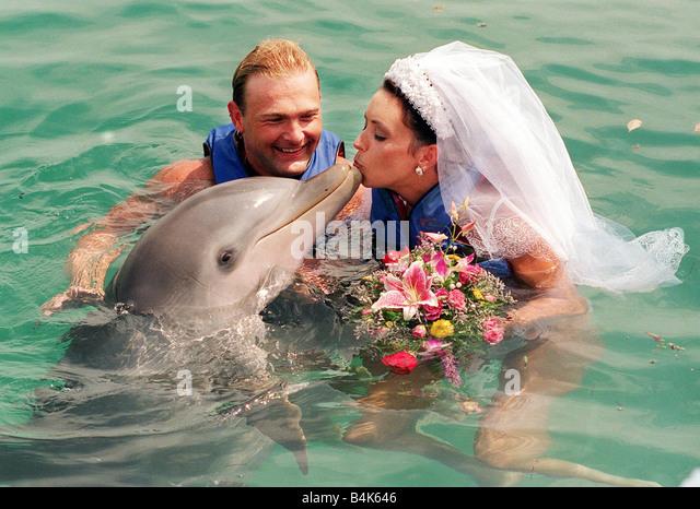 David klingen Delfin Hochzeit Bahamas 1998 heiratet Braut Avril Thomson in Blue Laggon Bahamas Trauzeugen und Brautjungfern Stockbild