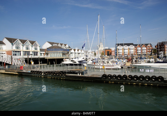 Stadt Kai Southampton England UK Waterfront Entwicklung des Gehäuses Bootfahren marina Stockbild