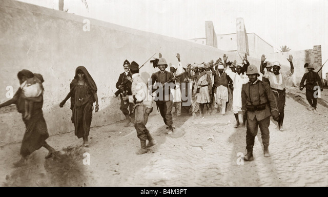 Turco italienischen Bilder arabischen Gefangenen begleitet von italienischen Soldaten in der Nähe von Tripolis Stockbild