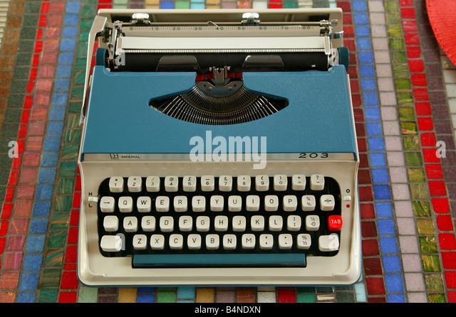 Vintage Blue Schreibmaschine auf einem Tisch Stockbild