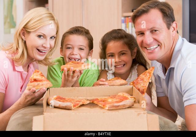 Familie zusammen Pizza essen Stockbild