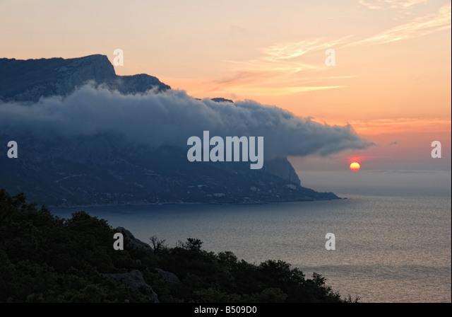 Sonnenuntergang einen malerischen Sonnenuntergang mit fantastischen unter Berg neblig Stockbild