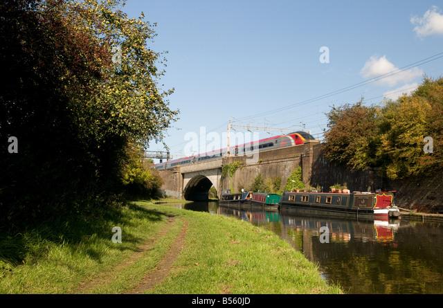 Intercity Zug fliegt über eine Kanalbrücke - Stock-Bilder