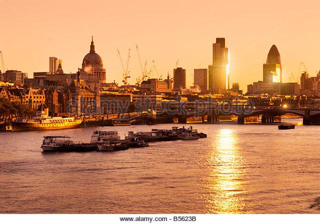 Die Themse und die Skyline der Stadt bei Sonnenaufgang London UK Stockbild