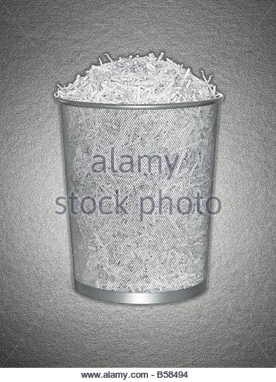Papierkorb voller Papierschnitzel Stockbild