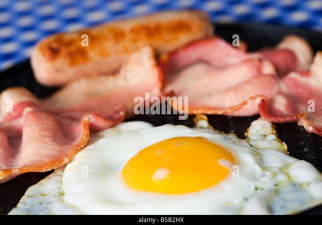 Gebratenes Ei Speck und Wurst in der Pfanne hautnah Stockbild