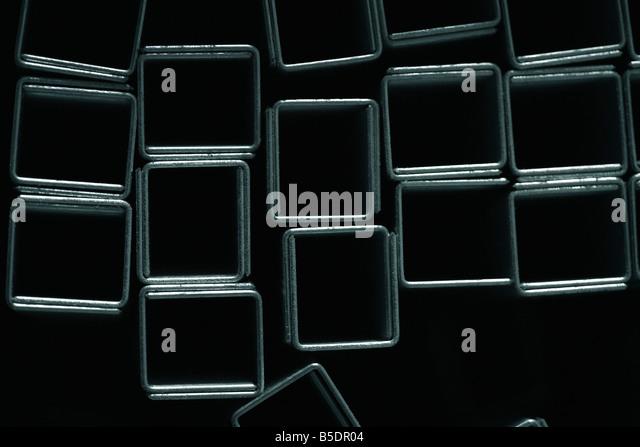 Klammern bilden Quadrate auf schwarzem Hintergrund, Nahaufnahme Stockbild