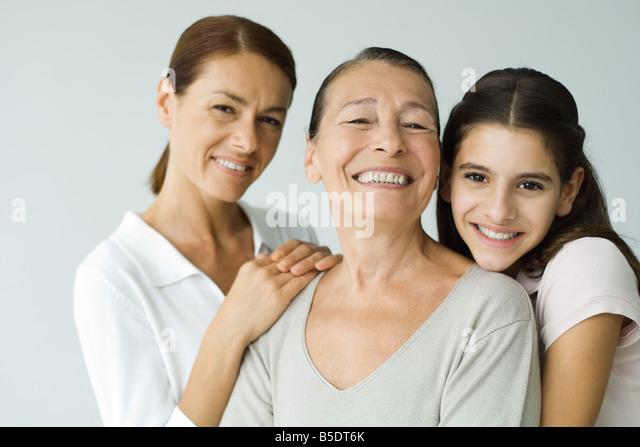 Mehr-Generationen-Familie lächelt in die Kamera, Porträt Stockbild