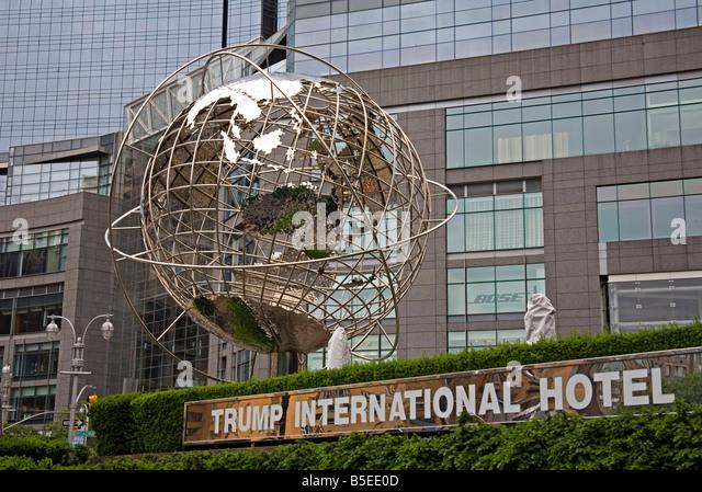Globus-Skulptur von Brandell außerhalb Trump International Hotel, Columbus Circle, Midtown Manhattan, New York Stockbild
