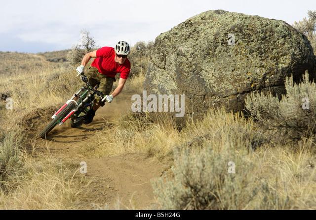 Downhill Radfahrer fahren eine Wende Stockbild