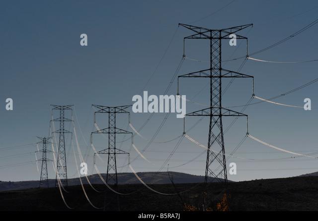 Strommasten und Stromkabel erstrecken sich über die spanische Landschaft. Stockbild