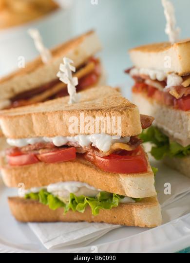 Geröstete Triple Decker Clubsandwich mit Pommes frites Stockbild