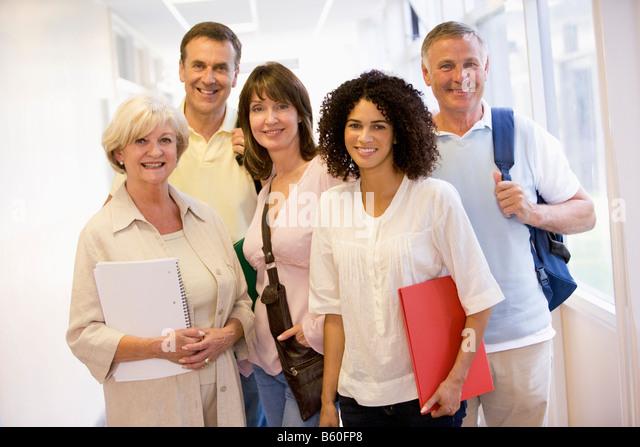Fünf Menschen, die stehen im Flur mit Büchern (high-Key) Stockbild