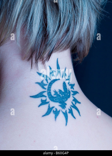 Tattoo am Hals von einer blonden Frau Stockbild