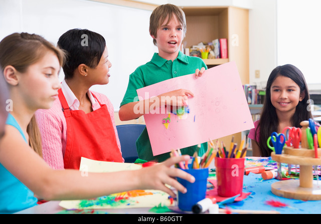 Schüler mit Lehrer und Klassenkameraden sein Kunstwerk (Tiefenschärfe) Stockbild