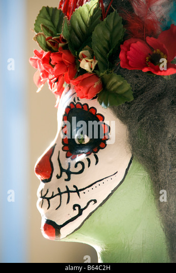 San Antonio sagen Si Art Studio, Youth Arts Program, Student machte Maske für Tag der Toten (Dia de Los Muertos) Stockbild