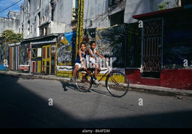 Kinder auf dem Fahrrad Havanna, Kuba 1993 Stockbild