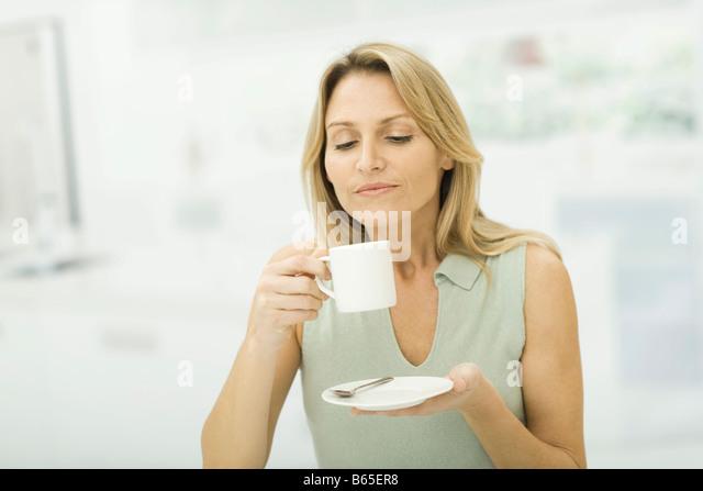 Frau mit Kaffee Tasse, Lächeln Stockbild