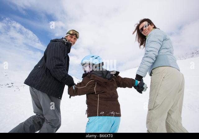 Familie im Skigebiet Stockbild