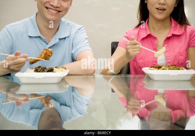 Zwei Büroangestellte mit Mittagessen - Stock-Bilder