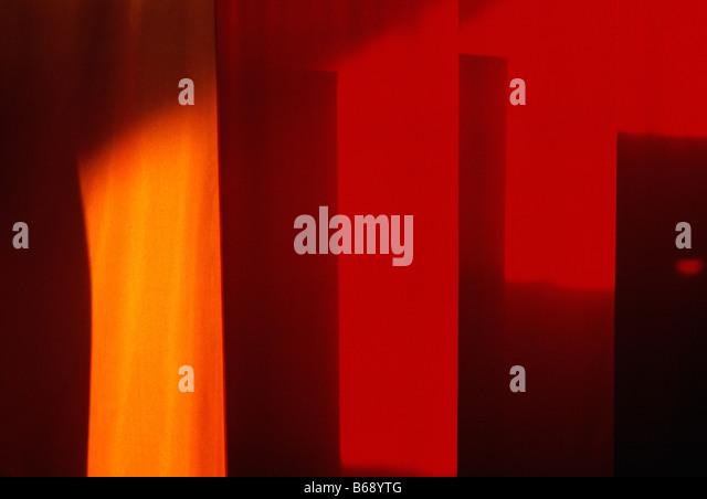 Orange, gelbe & rote Banner hängen in einer Vorstadt Philadelphia, Pennsylvania, Shopping mall - Stock-Bilder