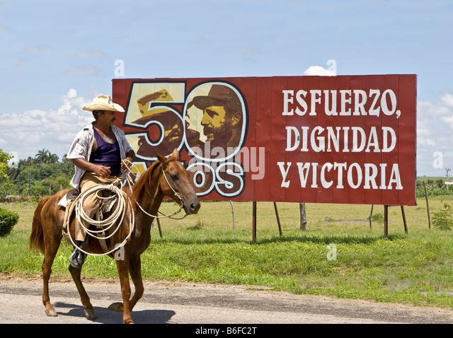 Kubanische Fahrer vor ein Fidel Castro Zeichen, Kuba, Lateinamerika Stockbild