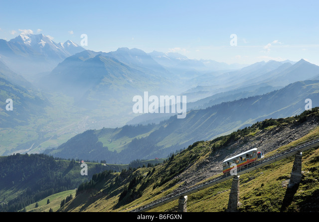 Standseilbahn Muelenen-Niesen Kulm mit die längste Treppe der Welt als ein Notausstieg, Berner Oberland Stockbild