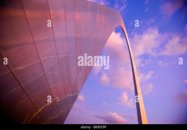 St. Louis Gateway Arch in der Dämmerung, St. Louis, Missouri Stockbild