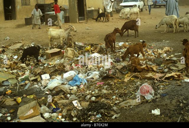 Haushaltsabfall und Müll auf den Straßen einer nigerianischen Stadt Stockbild