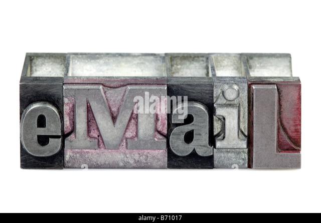 Das Wort E-Mail in alten Buchdruck Blöcke isoliert auf weißem Hintergrund Stockbild