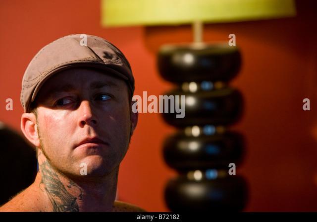 Kopfschuss des Jünglings mit Tattoo-Design auf Hals Stockbild