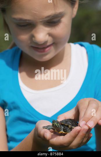 Acht Jahre altes Mädchen mit Schildkröte, Winnipeg, Kanada Stockbild
