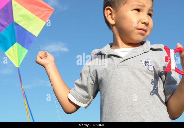 Sechs Jahre alter Junge mit Drachen, Winnipeg, Kanada Stockbild