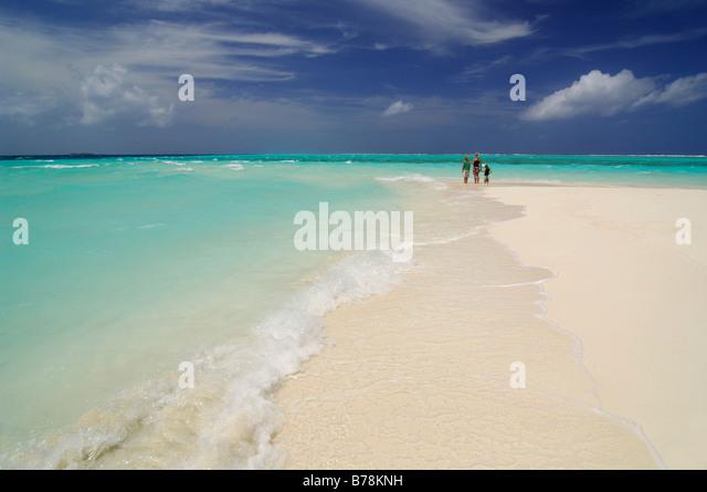 Frau und zwei Kindern am Strand Laguna Resort, Malediven, Indischer Ozean Stockbild