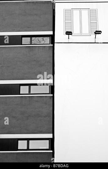 Gebäude-Fassade mit Werbetafeln bedeckt Stockbild